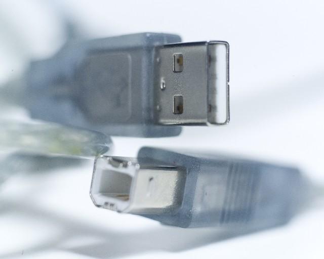 USBでビデオカメラをテレビに接続してはいけません。